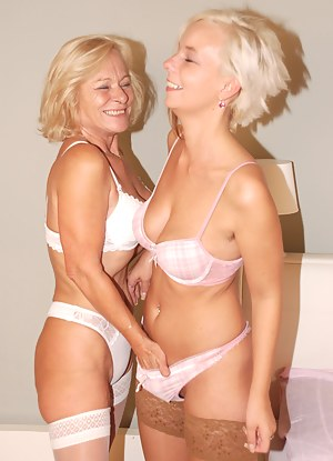 Free Lesbian Moms Porn Pictures